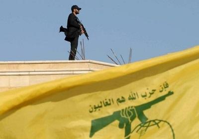 Uzbrojony członek Hezbollahu na dachu budynku 25 maja 2016 r. (zdjęcie: HASSAN ABDALLAH / REUTERS)