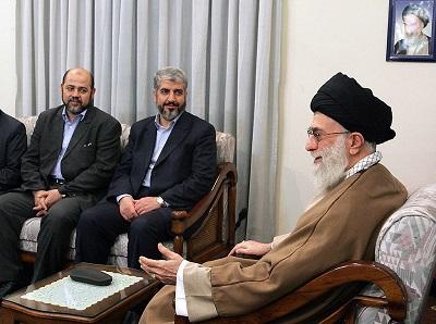 """Bez finansowego, militarnego i politycznego wsparcia Iranu Hamas i Islamski Dżihad nie byłyby w stanie utrzymać panowania nad Strefą Gazy. Hamas i Islamski Dżihad pokazały, że zupełnie nie obchodzą ich tysiące Arabów i muzułmanów zabitych przez Siłę Kuds Kasema Solejmaniego. Na zdjęciu: """"Najwyższy przywódca"""", ajatollah Ali Chamenei spotyka się z przywódcami Hamasu, Chaledem Maszaalem (pośrodku) i Mussą Abu Marzukiem (po lewej) w Teheranie 1 lutego 2009 r. (Zdjęcie: AFP via Getty Images)"""
