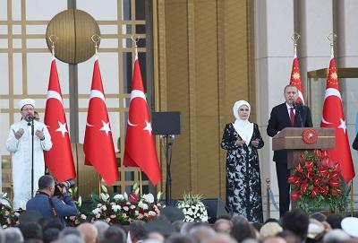 Im bardziej prezydent Recep Tayyip Erdoğan wykorzystuje swoje policyjne państwo do indoktrynowania tureckiej młodzieży do pobożnego politycznego islamu, tym bardziej młode pokolenie dystansuje się od jego kampanii na rzecz 'pobożnego pokolenia'. (Zdjęcie: Erdoğan i jego żona modlą się podczas prezydenckiej inauguracji 9 lipca 2018. Stringer/Getty Images)