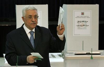 Na zdjęciu: prezydent AP, Mahmoud Abbas głosuje w ostatnich wyborach w AP 25 stycznia 2006 roku. (Zdjęcie: Pedro Ugarte/AFP via Getty Images)