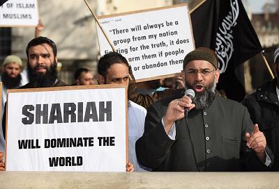 Na zdjęciu: Anjem Choudary (po prawej), brytyjski islamistyczny radykał, przebywający obecnie w więzieniu, przemawia na wiecu w Londynie 21 marca 2011 r. (Zdjęcie: Oli Scarff/Getty Images)