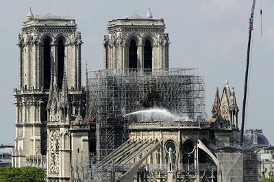 """Dziwaczne i szkalujące jest nazywanie ludzi """"skrajną prawicą"""" lub insynuowanie, że są związani ze skrajną prawicą, ponieważ smuci ich pożar w Notre Dame. (Zdjęcie: Dan Kitwood/Getty Images)"""