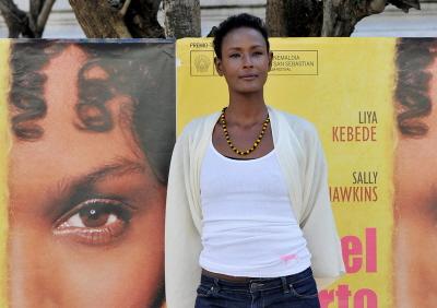Urodzona w Somalii supermodelka/aktorka Waris Dirie, wybitna działaczka walki przeciwko FGM, zainicjowała i sfinansowała Centrum Kwiat Pustyni, klinikę w Niemczech, która dostarcza terapii fizycznej i psychologicznej ofiarom okaleczenia genitaliów kobiecych. (Zdjęcie: Carlos Alvarez/Getty Images)
