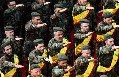 W Libanie, państwo rządzone przez zdyskredytowane elity wydaje się być na krawędzi rozpadu ze wspieraną przez Iran zbrojną grupą gotową do przejęcia panowania, tak jak talibowie ze wsparciem Pakistanu zrobili to w Afganistanie. Na zdjęciu: członkowie Hezbollahu oddający nazistowski salut.