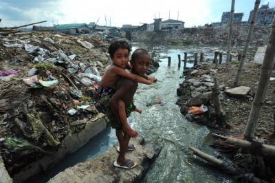 """""""W Bangladeszu małe dzieci bawią się zmienionym wściek kanale. Podczas gdytu (wAmeryce – A.K.) rodzice martwią się dając dzieciom nieorganiczną żywność, wyobraź sobie życie wjednym znajbardziej zanieczyszczonych miast naziemi. Każdego dnia lokalne garbarnie wylewają dwadzieścia tysięcy litrów toksycznych odpadów dorzeki zaopatrującej stolicę kraju Dakkę wwodę."""""""