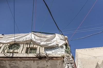 Palestyńczycy sami przyznają, że szalejąca kradzież elektryczności i niemal powszechne niepłacenie rachunków za elektryczność są głównymi przyczynami kryzysu odcinania dopływu prądu do niektórych palestyńskich wsi i miast na Zachodnim Brzegu. Na zdjęciu: sieć nielegalnych połączeń elektrycznych wokół biura Miejskiego Inspektora w Hebronie (Zdjęcie: iStock)