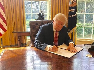 Prezydent Donald Trump podpisuje 6 marca 2017 r. dekret prezydencki 13780, który ogranicza wjazd do USA z pewnych krajów oraz przez wszystkich uchodźców, którzy nie posiadają albo wizy, albo ważnego dokumentu podróży. (Zdjęcie: The White House)