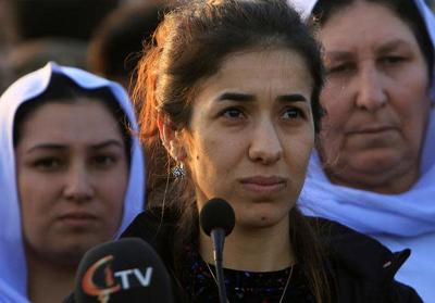 Laureatka Pokojowej Nagrody Nobla, Nadia Murad, przemawia do ludzi podczas wizyty w Sindżar w Iraku 14 grudnia 2018 r. (zdjęcie: ARI JALAL / REUTERS)