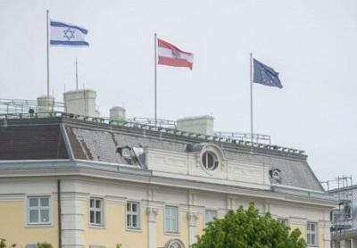 Izraelska flaga w Wiedniu nad urzędem kanclerza Austrii.