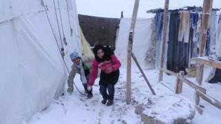 Tysiące uchodźców syryjskich żyjących w prowizorycznych obozach w Libanie stara się przetrwać burzę zimową, która przyniosła śnieg, deszcz i temperatury poniżej zera. Źródło: UNICEF.