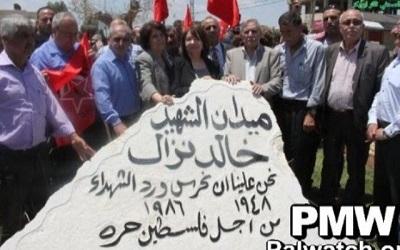 """Pomnik dla """"męczennika"""" Chaleda Nazzala na placu w Jenin noszącym jego imię."""