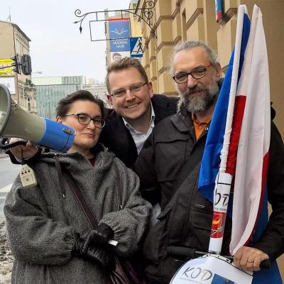 Na zdjęciu Magdalena Kijowska, Mateusz Kijowski, za nimi stoi Martin Stan Mycielski.