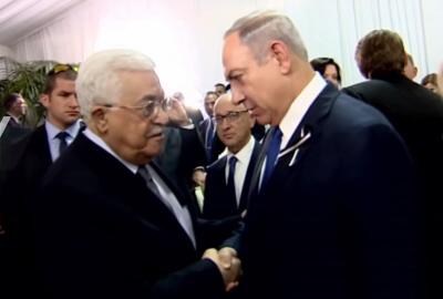 """Prezydent Autonomii Palestyńskiej, Mahmoud Abbas, ściska dłoń izraelskiego premiera, Benjamina Netanjahu, na pogrzebie Szimona Peresa, byłego prezydenta Izraela, 30 września. Abbasa spotkała burza krytyki za uczestniczenie w pogrzebie, co członkowie jego partii nazwali """"zdradą"""". (Zrzut z ekranu)"""