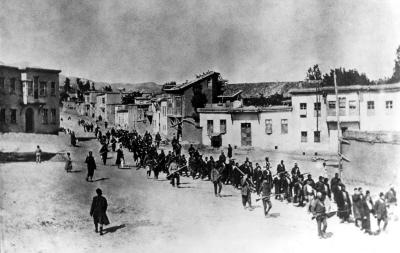 W 1915 r. 1,5 miliona Ormian wygnano z ich ziemi rodzinnej w Turcji osmańskiej. Celem byli nie tylko Ormianie. Między 1914 a 1923 rokiem chrześcijanie asyryjscy i greccy także byli masakrowani, według raportu International Association of Genocide Scholars. Powyżej: cywile ormiańscy eskortowani przez żołnierzy osmańskich maszerują przez Harput do więzienia w pobliskim Mezireh (dzisiaj Elazig), Kwiecień 1915. (Zdjęcie: American Red Cross/Wikimedia Commons)
