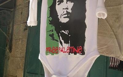 """Zdjęcie zrobione w maju 2018 r. na ulicy w muzułmańskiej dzielnicy Starego Miasta Jerozolimy pokazuję ubranko dziecinne, które kojarzy Che Guevarę, kubańskiego przywódcę partyzantów, zabitego w 1967 r. w Boliwii, z walką o """"wolną Palestynę""""."""