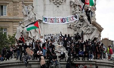 Flaga OWP na wiecu Black Lives Matter w Paryżu