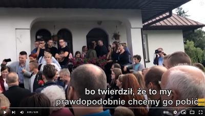 Rok 2018, parafianie wyganiają proboszcza, który pobił wikarego w Mnichowie. (Zdjęcie: zrzut z ekranu z reportażu TVN.)