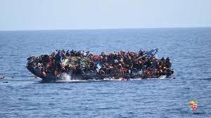 """Łódź szmuglerska u wybrzeży Libii. Niezdatna do żeglugi – tak; ale nie chodzi o dotarcie do Europy w tej łodzi – a tylko o podwiezienie do """"promu dobroczynności""""."""