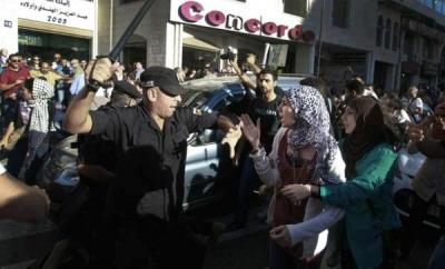 Policjant Autonomii Palestyńskiej atakuje protestujących. (Zdjęcie: \