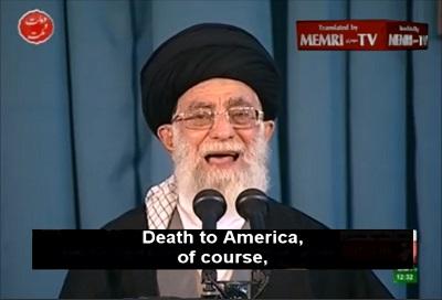 """Najwyższy przywódca Iranu, Ali Chamenei, deklaruje """"Śmierć Ameryce"""" 21 marca 2015. (Zrzut z ekranu z wideo MEMRI)"""