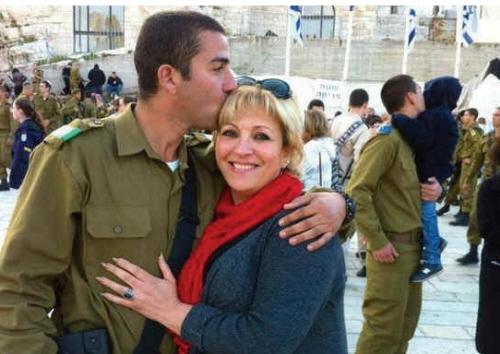 ANETT HASKIA obejmuje swojego najmłodszego syna, Hussama, podczas ceremonii przysięgi żołnierskiej przy Murze Zachodnim.