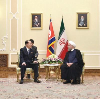 Prezydent Iranu Hassan Rouhani z przewodniczącym Najwyższego Zgromadzenia Ludowego Korei Północnej Kim Yong-Namem. (Zdjęcie:KCNA/ REUTERS)