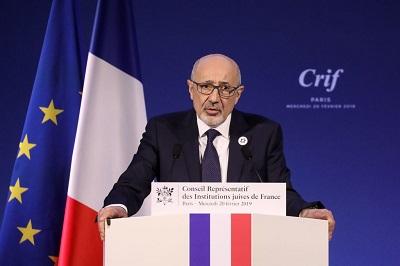 """Francuski sąd orzekł niedawno, że Kobili Traoré nie stanie przed sądem za torturowanie i zamordowanie Sarah Halimi, 66-letniej Żydówki, mówiąc, że Traoré miał """"chwilowe zniesienie poczytalności"""" z powodu palenia marihuany. Francis Kalifat (na zdjęciu), prezes Przedstawicielskiej Rady Żydowskich Instytucji we Francji, powiedział, że """"antysemicki morderca może stać się jedynym mordercą uwolnionym przez sąd na podstawie spożycia narkotyków, podczas gdy we wszystkich innych wypadkach narkotyki są okolicznością obciążającą\"""