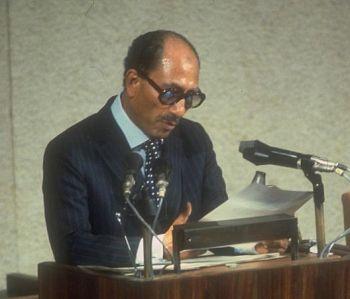 Prezydent Egiptu, Anwar Sadat, przemawia w Knesecie w 1977.