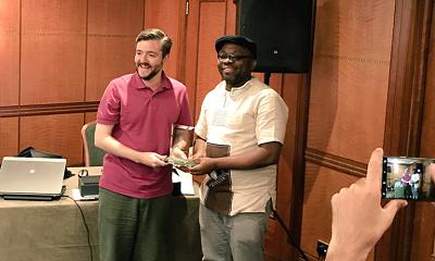 Leo Igwe w 2017 roku na Zgromadzeniu ogólnym w Londynie odbiera nagrodę Humanist International z rąk przewodniczącego Andrew Copsona za swoją działalność na rzecz humanizmu.