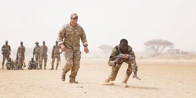 Sierżant Sił Specjalnych Armii USA obserwuje nigryjskiego żołnierza podczas manewrów Exercise Flintlock 2017 w Diffa w Nigrze, 11 marca 2017. (U.S. Army photo by Spc. Zayid Ballesteros)