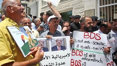 Demonstracja protestująca przed Biurem Przedstawicielstwa Niemiec w Ramallah na Zachodnim Brzegu 22 maja 2019 r. po potępieniu przez Bundestag ruchu BDS jako antysemickiego(Zdjęcie: Getty Images)