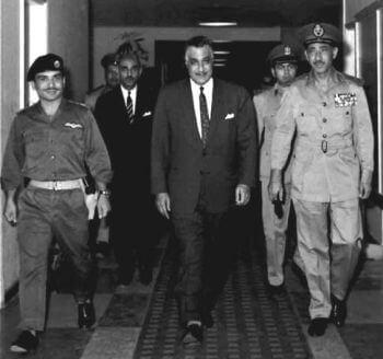 Król Hussein z Jordanii (po lewej), prezydent Gamal Abdel Nasser z Egiptu (pośrodku) w Kairze przed podpisaniem paktu obronnego 30 maja 1967 roku.