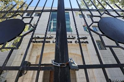Palestyńczycy są bez funkcjonującego parlamentu od chwili przejęcia Strefy Gazy przemocą przez Hamas w 2007 roku. Budynek parlamentu nadal stoi w Ramallah, zakurzony i nieużywany, a palestyńscy członkowie parlamentu nadal otrzymują pensje, chociaż nie robią nic. (Zdjęcie: Abbas Momani/AFP via Getty Images)