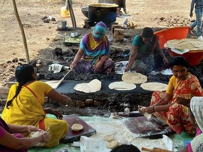 Kobiety przygotowują żywność podczas protestu.