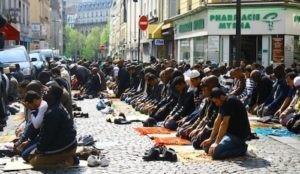 Muzułmanie modlący się na ulicach Paryża.