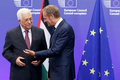 Mahmoud Abbas, prezydent Autonomii Palesty�skiej witany przez przewodnicz�cego Rady Europejskiej, Donalda Tuska, przed wyst�pieniem we wtorek 21 czerwca na forum PE w Brukseli. (Olivier Hoslet/European Pressphoto Agency)