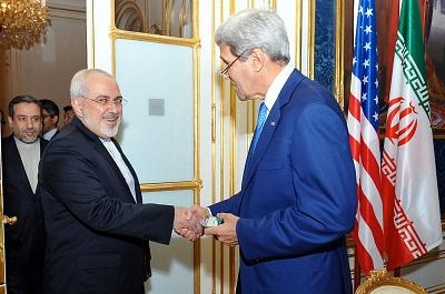 Administracja Bidena nasila politykę ugłaskiwania irańskiej dyktatury w nadziei na ponowne ożywienie umowy nuklearnej z 2015 roku. Jak historia wielokrotnie już pokazywała, ugłaskiwanie, tajne umowy i szczodre ustępstwa wobec drapieżnych reżimów nigdy nie przynoszą dobrych efektów. Na zdjęciu amerykański Sekretarz Stanu John Kerry wita się z irańskim Ministrem Spraw Zagranicznych Mohammadem Dżawadem Zarifem w Wiedniu 12 lipca 2014 roku. (Źródło: US State Department)