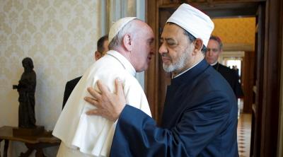 """Papież Franciszek serdecznie powitał dr. Ahmeda al-Tayeba, mówiąc po tym spotkaniu, że było ono dowodem, iż muzułmanie są pokojowi. """"Miałem długą rozmowę z Wielkim Imamem Uniwersytetu Al-Azhar, i wiem jak oni myślą. Dążą do pokoju i zbliżenia.""""  <br />"""