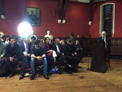 Alan Dershowitz w Oxford Union. (Źródło zdjęcia: Ambasada Izraela w Londynie)