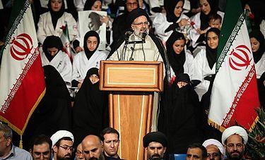 Jeśli administracja Bidena ma choćby cień szacunku dla praw człowieka i tych ludzi, którzy stracili życie w obronie wolności i demokracji, nie powinna prowadzić negocjacji z prezydentem Iranu, masowym mordercą Ebrahimem Raisim ani udzielić mu wizy na przyjazd do Nowego Jorku. Na zdjęciu: Irański prezydent Ebrahim Raisi podczas kampanii prezydenckiej w Teheranie, 28 kwietnia 2017 (Zdjęcie:Wikipedia)