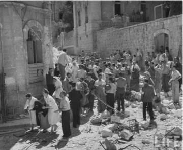 Wyjście ocalałych Żydów ze wschodniej Jerozolimy (Zdjęcie:John Roy Carlson)