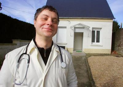 Ten rumuński lekarz wygląda na szczęśliwego: pracuje w północnej Francji. Jego rodacy jednak pozostali z jeszcze gorszą opieką zdrowotną.