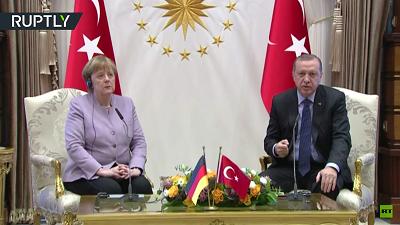 """W lutym na spotkaniu w Ankarze, Erdoganostro skrytykowałniemiecką kanclerz Angelę Merkel za to, że powiedziała """"islamski terror"""". Gniewnie odpowiedział swojemu gościowi: """"Islam znaczy 'pokój', nie może iść w parze z 'terrorem'"""". (Zrzut z ekranu z wideo Ruptly)"""
