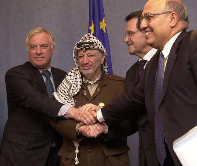 Bruksela, maj 2001: Patten w towarzystwie Jasera Arafata,<br /> Romano Prodiego i Nabila Szaatha [Zdjęcie]