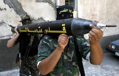 Terroryści Islamskiego Dżihadu niosą rakietę Kassam, 31 maja 2006 (Zdjęcie: SAID KHATIB/AFP via Getty Images)