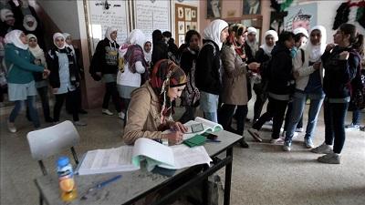 """Ci, którzy naciskają obecnie na Palestyńczyków, by przeprowadzili """"wolne i uczciwe"""" wybory, powinni sprawdzić swoje końskie okulary. UE i inne międzynarodowe grupy, które pozwalają Hamasowi na udział w wyborach bez postawienia jakichkolwiek warunków, ułatwiają kolejne zwycięstwo tej grupy i jej nieuniknione dojście do władzy. Na zdjęciu: Panie głosujące w wyborach samorządowych w 2016 roku. Fakt, że panowie i panie głosują osobno jest tu najmniejszym problemem. Zdjęcie Anadolu Agency."""