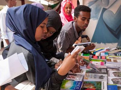 Mieszkańcy miast odwiedzają Międzynarodowe Targi Książki w Hargeisa, 21 lipca 2018.Mustafa Saeed/AFP/Getty Images