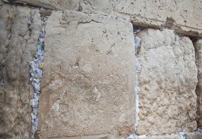 Na zdjęciu: Karteczki umieszczone przez odwiedzających w szczelinach Ściany Zachodniej w Jerozolimie w Izraelu. (Zdjęcie: Uriel Sinai/Getty Images)
