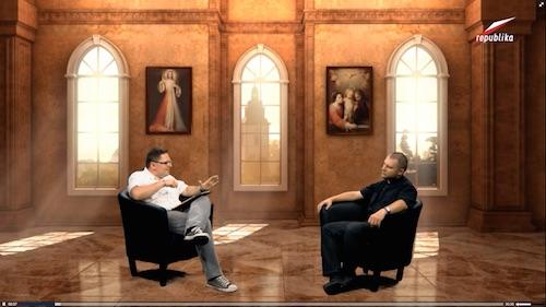 Tomasz Terlikowski z o. Michałem Chaberkiem (przedstawianym jako teolog fundamentalny) dyskutują o nauce (Zdjęcie z artykułu w evolutionnews.org)