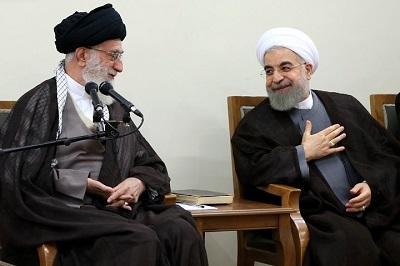 """Przez czterdzieści lat irańscy mułłowie z powodzeniem praktykowali taktykę """"zrób i zaprzecz"""" przy pobłażaniu (żeby nie powiedzieć tchórzostwie), zachodnich przywódców i żałośnie antyamerykańskich reakcjach niektórych zachodnich pseudointelektualistów. Na zdjęciu: """"Najwyższy Przywódca"""" Iranu, ajatollah Ali Chamenei (po lewej) i prezydent Hassan Rouhani. (Zdjęcie: khamenei.ir)"""
